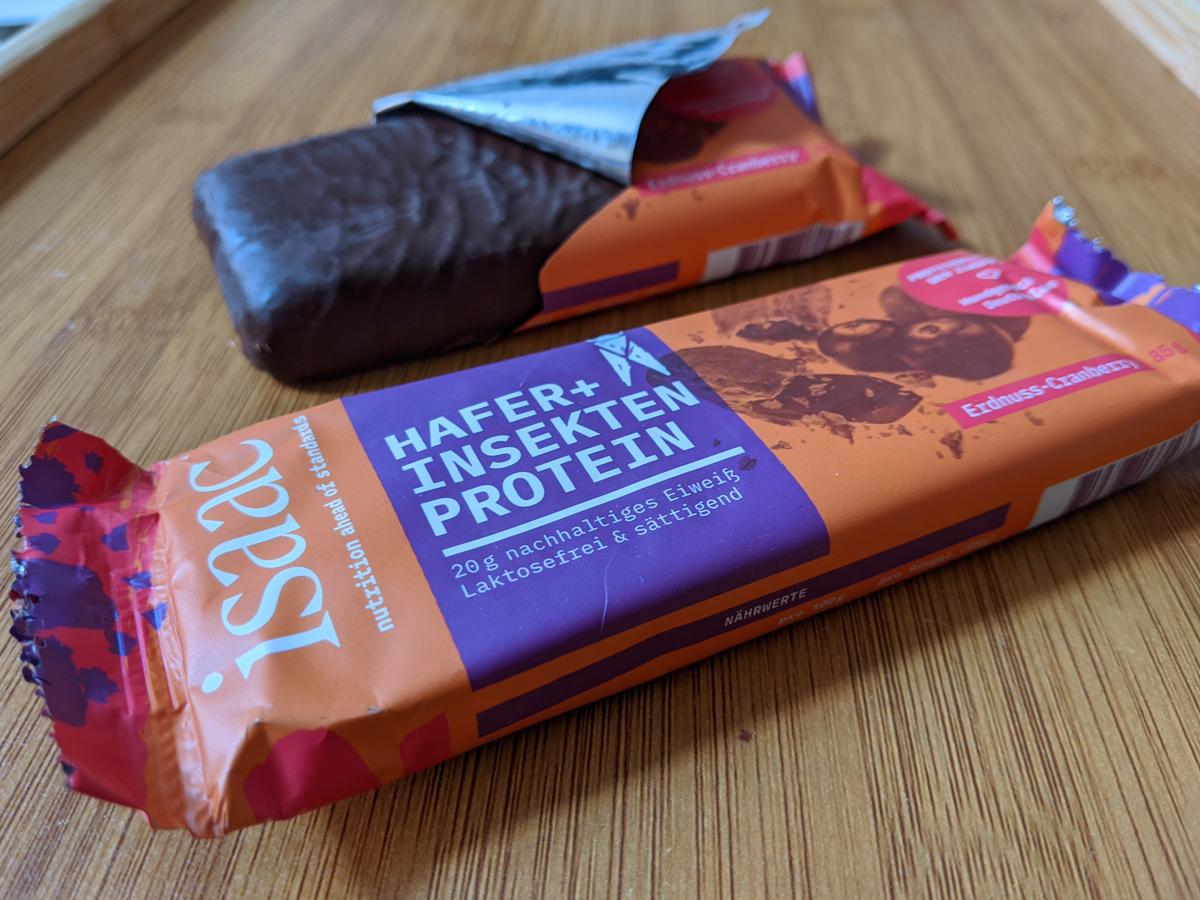 """Hafer-Insektenriegel von Isaac Nutrition in der Geschmacksrichtung """"Erdnuss-Cranberry""""."""