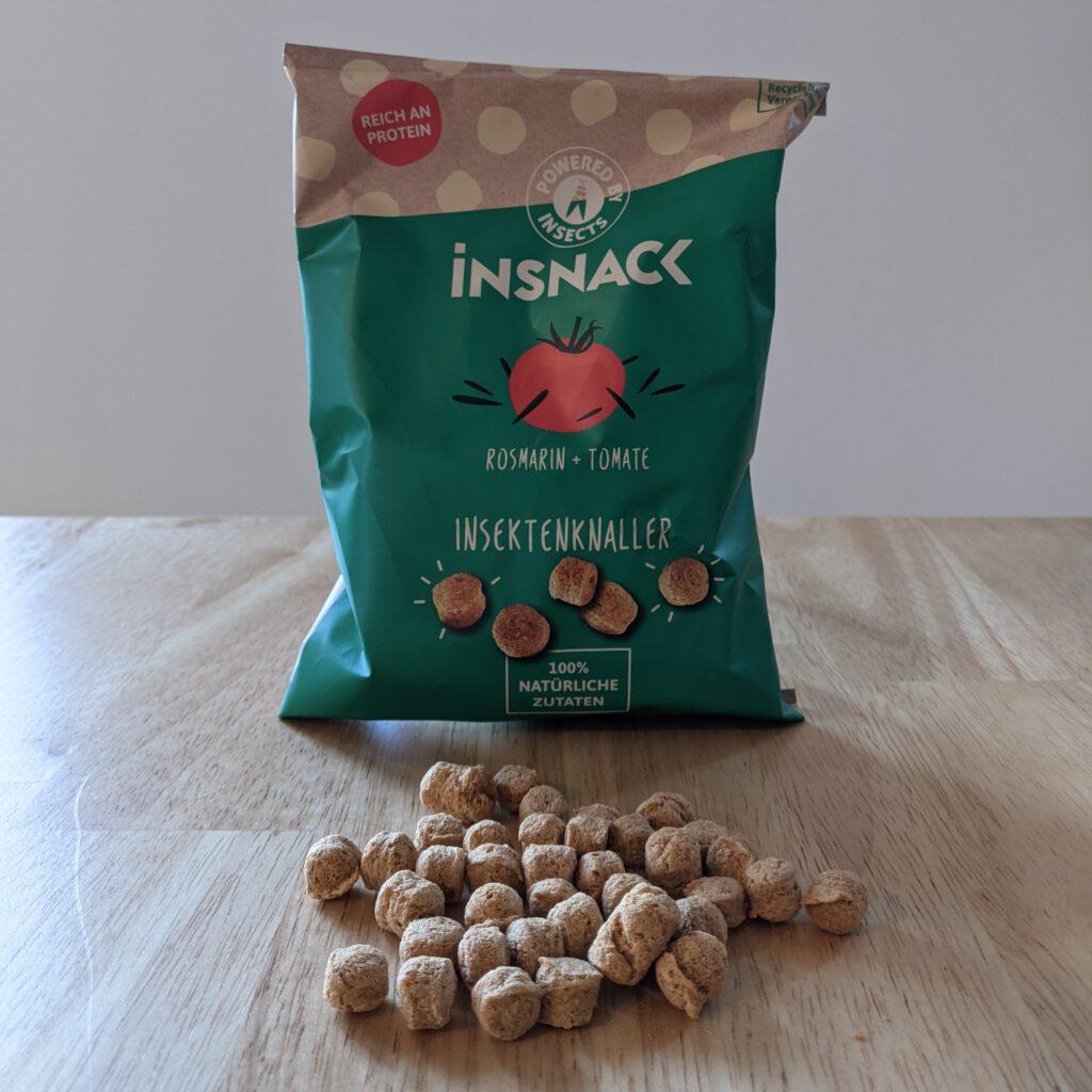 """""""Insektenknaller"""" von Insnack in der Geschmackssorte """"Rosmarin & Tomate""""."""