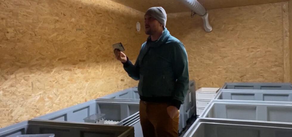 In umgebauten Containern produziert Agraringenieur und Insektenfarmer Florian Berendt Grillen als Lebensmittel.